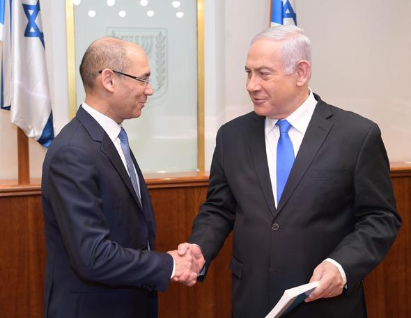 """מימין: ראש הממשלה בנימין נתניהו והנגיד פרופ' אמיר ירון, אתמול בעת מסירת הדו""""ח של בנק ישראל"""