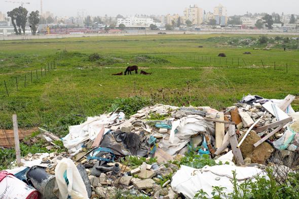 אתר פסולת בניין בשטח פתוח ליד רמלה. נזק כלכלי אדיר