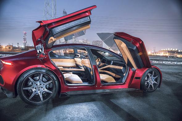 """פיסקר eMotion. מהירות מרבית: 250 קמ""""ש • האצה ל־100 קמ""""ש: 3 שניות • הספק: 775 כוחות סוס • טווח לטעינה: 640 ק""""מ, הארוך מקרב המכוניות החשמליות • מחיר: 129 אלף דולר"""