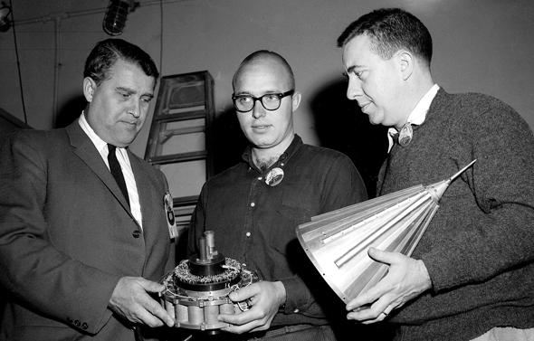 """מומחה הטילים הנאצי ורנר פון בראון, מנהל מעבדת הסילון של נאס""""א ג'ון קסאני והאסטרונום ג'יימס ואן אלן ובידיהם רכיבי חללית פיוניר"""