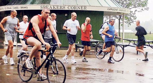 אולמרט בימיו כראש הממשלה רץ בהייד פארק בלונדון, 2006  צילום: אבי אוחיון