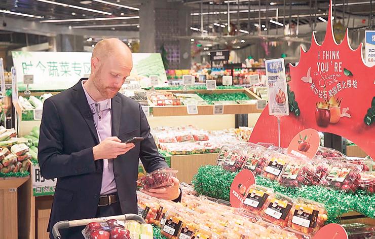 סודות של תפוחים. ב־HEMA, רשת הסופרמרקטים של עליבאבא, הלקוח יכול לסרוק אריזה של פרי טרי ולגלות מתי קטפו אותו וכמה סוכר יש בו