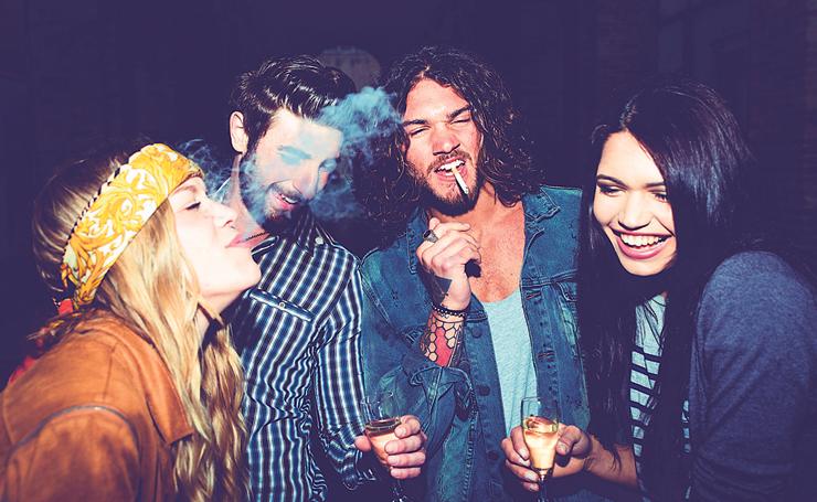 """בני נוער מעשנים ושותים. """"התלמידים רואים את הנערים המעטים שמעשנים, ולא את הרבים שלא"""""""