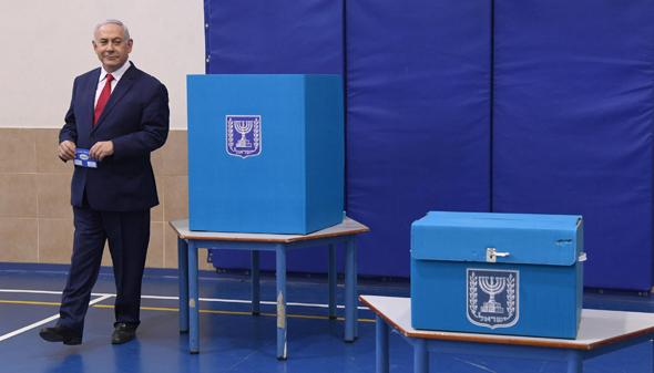 """בנימין נתניהו בקלפי בבחירות הקודמות, צילום: חיים צח / לע""""מ"""