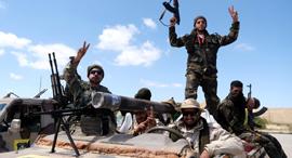 חיילי הצבא הלאומי של לוב הלוחמים במלחמת האזרחים מחוץ לעיר ב נגאזי, צילום: רויטרס