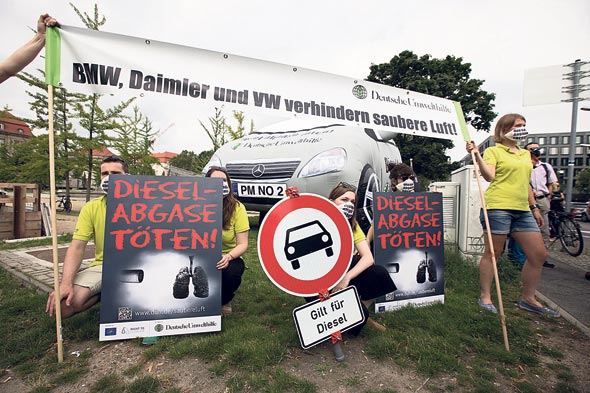 מחאה ציבורית נגד זיהום רכב. בסמכות עירייה בגרמניה לאסור כניסת רכבי דיזל לתחומה, צילום: בלומברג