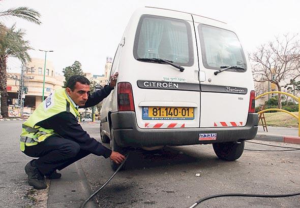 בדיקת זיהום בישראל. החמרת התקינה באירופה תביא לשינויים גם בישראל , צילום: עמית מגל