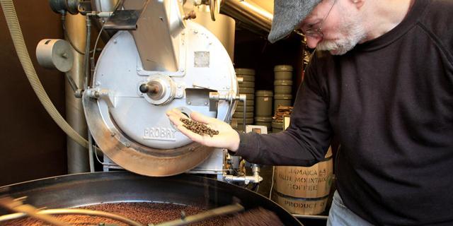 קליית קפה - שוויץ , צילום: רויטרס