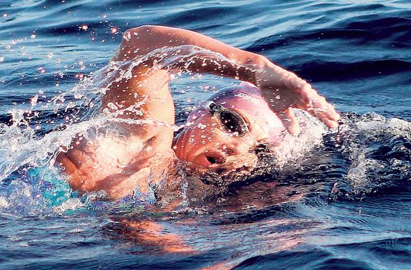 שחייה בים. בפעמים הראשונות נבחר חוף נטול זרמים כדי לפתח תחושת ביטחון, צילום: רויטרס