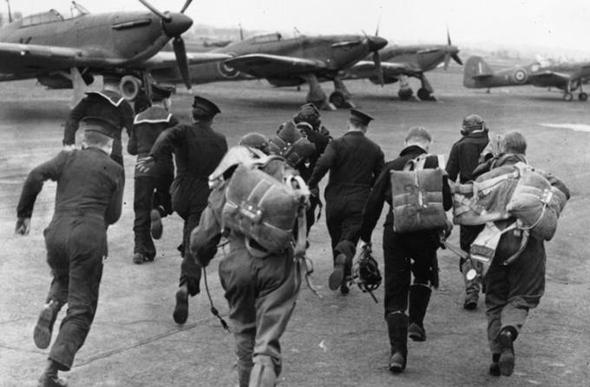 טייסים בריטיים רצים למטוסיהם, בימי המתקפות הנאציות של ראשית המלחמה