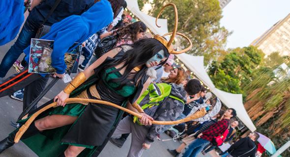 """קהל בפסטיבל """"עולמות"""" הקודם. פאנל אקדמי על מסע בזמן לצד סדנת הכנת תליונים מכושפים, צילום: נימרוד סקאל"""