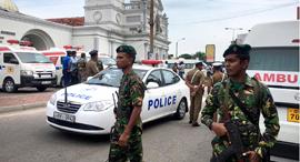 שוטרים מחוץ לאחת הכנסיות שבהן אירע פיצוץ (צילום: רויטרס), צילום: איי פי