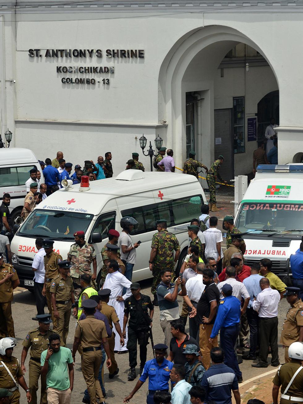 שוטרים מחוץ לאחת הכנסיות שבהן אירע פיצוץ (צילום: רויטרס)