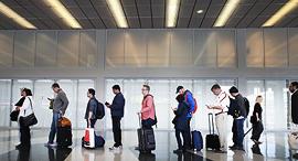 נוסעים טסים צ'ק אין שדה תעופה עלייה למטוס טיסה, צילום: גטי אימג'ס
