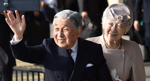 קיסר יפן היוצא אקיהיטו עם אשתו מיצ'יקו