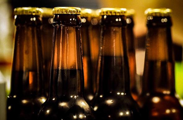 אדם קנדי ששלח את קורות החיים שלו עם בקבוקי בירה שבישל בעצמו, צילום: גטי אימג