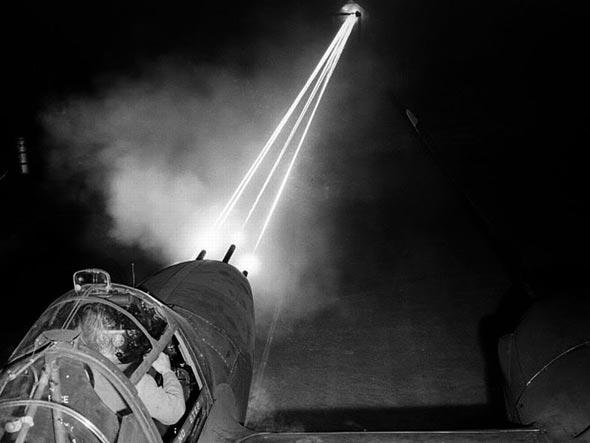 ניסוי כלים: מטוס לייטנינג יורה על הקרקע