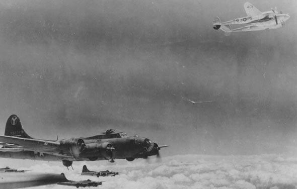 מבנה מפציצי B17 מלווה בידי מטוסי לייטנינג מעל לרומניה; שימו לב שה-P38 בפינת התמונה איבד מנוע