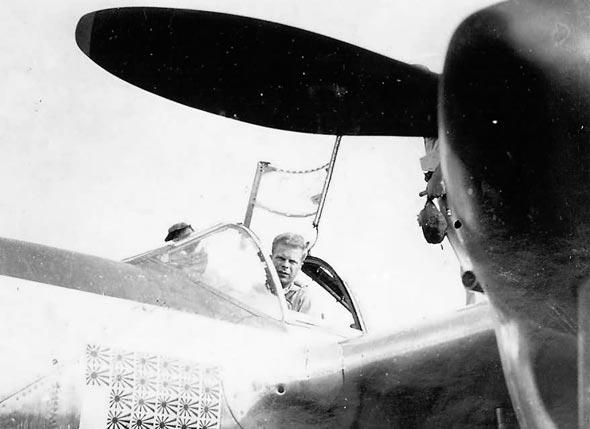 ריצ'רד בונג, אלוף ההפלות של ארצות הברית במלחמה, בקוקפיט הלייטנינג שלו