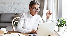 חיפוש עבודה אחרי גיל 50 עובדת מבוגרת קורות חיים ראיון עבודה, צילום: שאטרסטוק