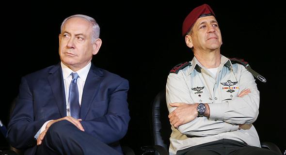 מימין הרמטכל אביב כוכבי וראש ה ממשלה בנימין נתניהו, צילום: אלעד גרשגורן
