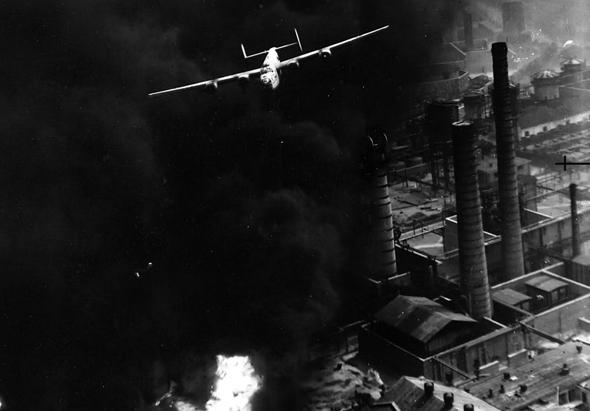 מטוס B24 ליברייטור במשימת הפצצה בגובה נמוך, צילום: USAF