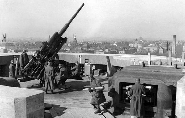 """צוות תותח נ""""מ 88 מ""""מ, מהדגם שאיים יותר מכל על מטוסי בעלות הברית, צילום: Bundesarchiv"""