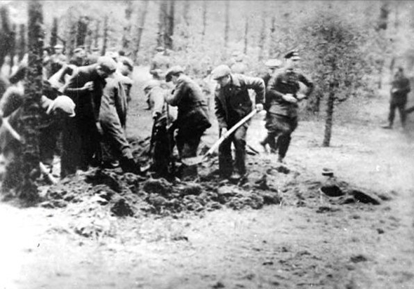 אסירים יהודים חופרים את קבריהם, צילום: Wikipedia