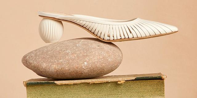 דריכוֹת שיא: נעלי עקב מפוסלות השתלטו על מסלולי האופנה