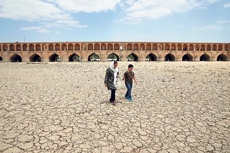 נהר שיבש באספהאן, איראן. קווסאר מנסה לעורר את מודעות הציבור האיראני למשבר המים במדינה