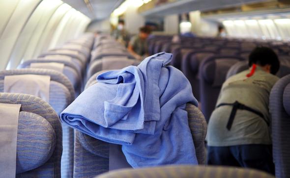 היפרדו ממנה בסוף הטיסה. שמיכת מחלקת תיירות