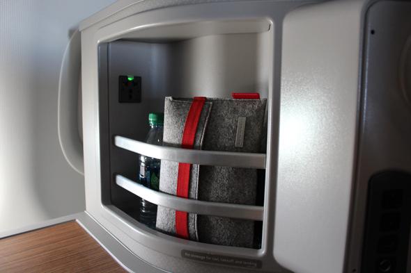 תיק שי של מחלקה ראשונה, מאוחסן בארונית המושב