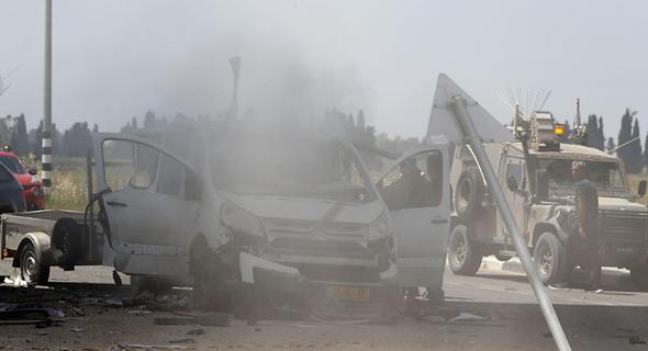 ירי רקטות על אשקלון חמאס עזה רכב שספג פגיעה ישירה, צילום: AFP