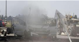 רכב שספג פגיעה ישירה באשקלון, צילום: AFP