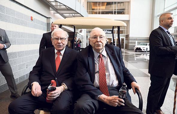 משמאל וורן באפט וסגנו צ'רלי מאנגר, צילום: רויטרס