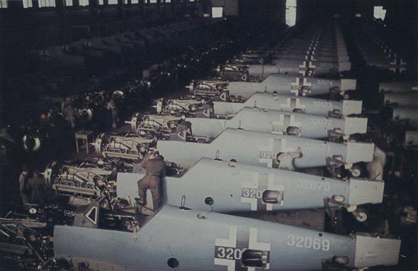 פס ייצור של מטוסי מסרשמיט, צילום: warbirdphotographs