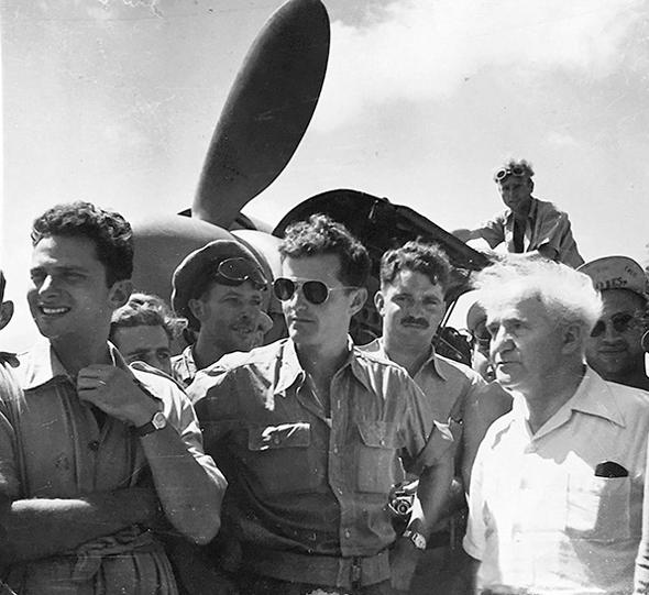 ראש הממשלה דוד בן גוריון ולצידו מודי אלון, מפקד טייסת הקרב הראשונה, צילום: אתר חיל האוויר הישראלי (ארכיון)