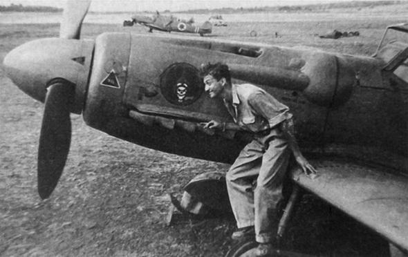 עזר ויצמן לצד מטוס סכין, צילום: Wikimedia