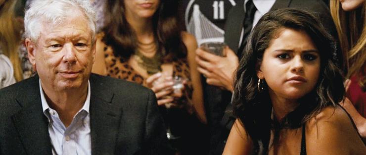 """תיילר עם סלינה גומז בסרט """"מכונת הכסף"""". """"אני חושב שאני האדם הכי זקן שהיא פגשה עד אז"""""""
