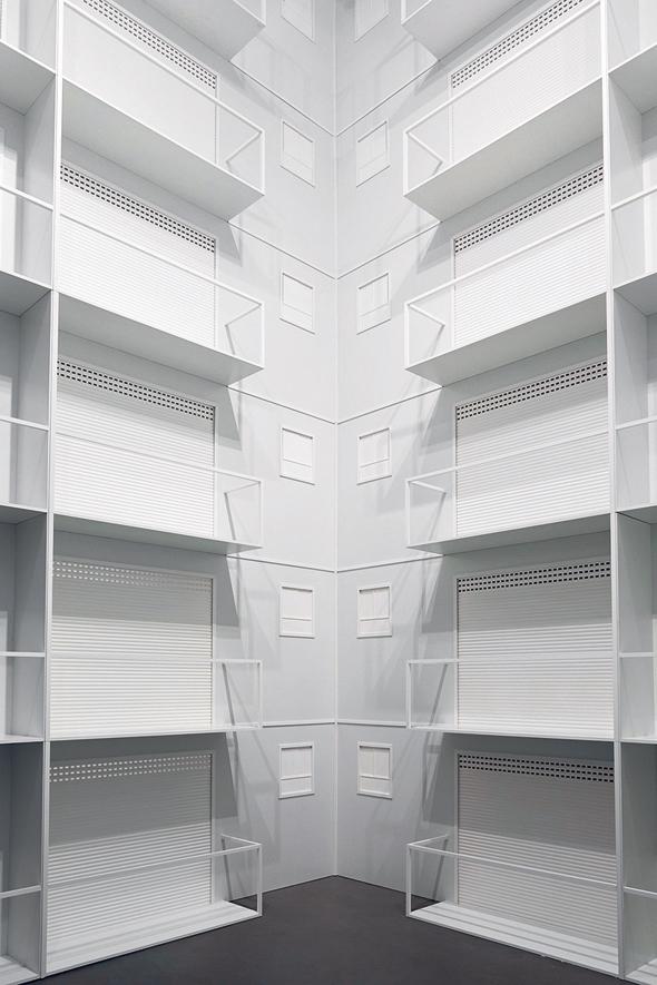 """חזית בניין בתערוכה """"בבל"""" של חיימי פניכל. מונומנטלית ומסקרנת, צילום: לנה גומון"""