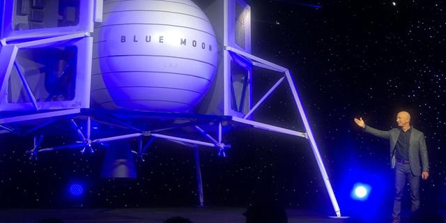 בזוס חשף את החללית שתשוגר לירח; מאסק מיהר לעקוץ