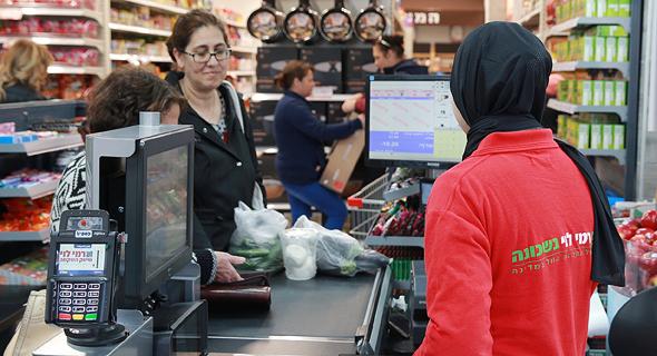 קניות קופאית רמי לוי סופר מרקט, צילום: אוראל כהן