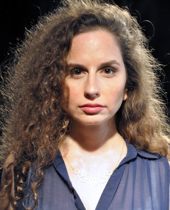 """להיגאל מרצון: סיפורה של אשת גואל רצון במרכז ההצגה """"השיבה"""""""