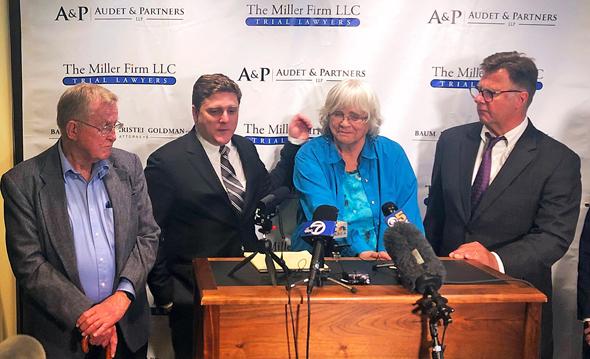 בני הזוג אלבה פיליוד משמאל ואלברטה שנייה מימין עם עורכי הדין