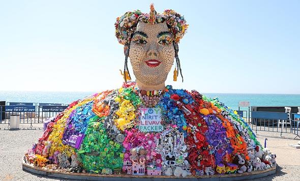 פסל של נטע ברזילי בכפר האירוויזיון בתל אביב
