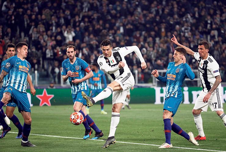 כדורגל > בענפים עם כדור גדול צריך ראייה פריפריאלית ויכולות זיהוי תנועה (ובכדורגל חלוצים וקשרים צריכים יכולות ראייה שונות), צילום: איי פי