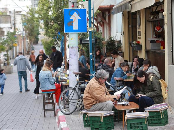 תיירים בכרם התימנים. יותר מ-7,000 דירות בעיר מושכרות ב-Airbnb