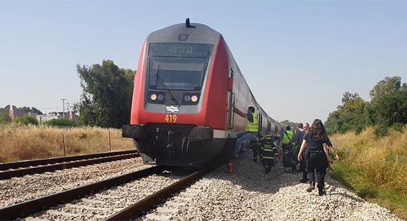 נוסעים שהורדו מהרכבת למסילה בשל תקלה