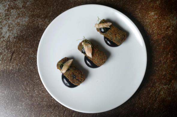 מסעדת מלגו ומלבר: קרוקט בשמל שחור, צילום: עמית שעל