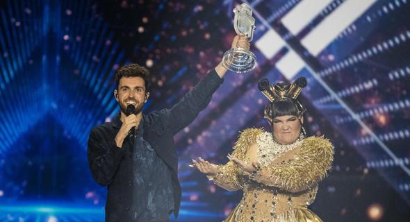 נטע ברזילי מציגה את זוכה אירוויזיון 2019, דנקן לורנס ההולנדי, שלשום בגני התערוכה. שבר שיאי רייטינג, צילום: Michael Campanella